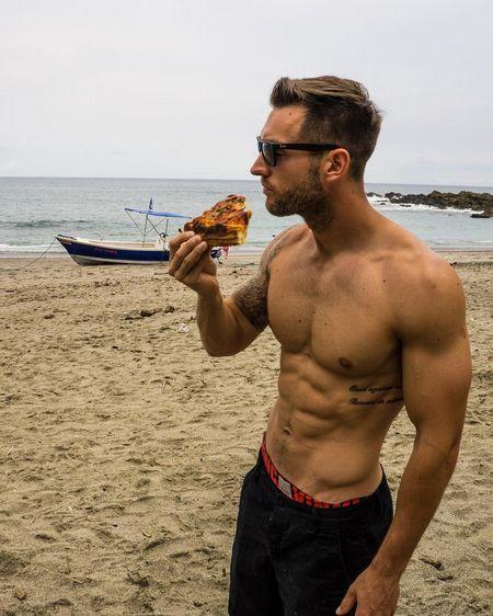 Англієць подорожує по світу і веде барвистий інстаграм про піцу