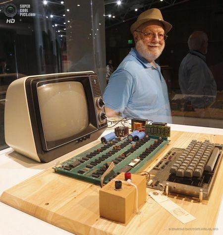 США. Маунтін-В`ю, Каліфорнія. 24 червня. Власник комп`ютера Apple-1 Тед Перрі у свого лота в Музеї комп`ютерної історії. (EPA / ІТАР-ТАСС / TONY AVELAR)