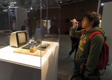 США. Маунтін-В`ю, Каліфорнія. 24 червня. Відвідувач музею фотографує раритетний комп`ютер. (EPA / ІТАР-ТАСС / TONY AVELAR)
