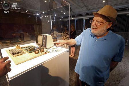 США. Маунтін-В`ю, Каліфорнія. 24 червня. Тед Перрі розповідає відвідувачам музею про Apple-1. (EPA / ІТАР-ТАСС / TONY AVELAR)