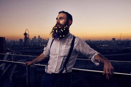 Цей ефектний бородань тут, щоб привнести в ваш день трохи новорічного настрою