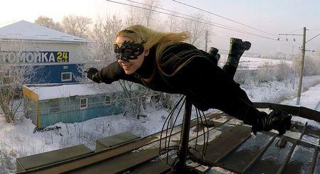 Kobzarro - дівчина, яка літає на даху московських потягів в годину пік