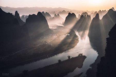 Красиві види китайського міста гуйлінь в ранковому тумані
