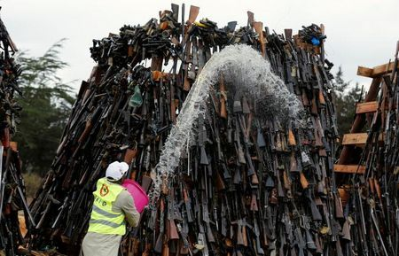 Прощавай зброє! У кенії спалили 5 тисяч нелегальних стовбурів