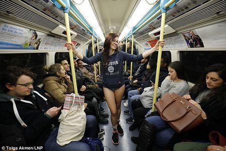 У метро в одних трусах - в лондоні пройшов «день без штанів»
